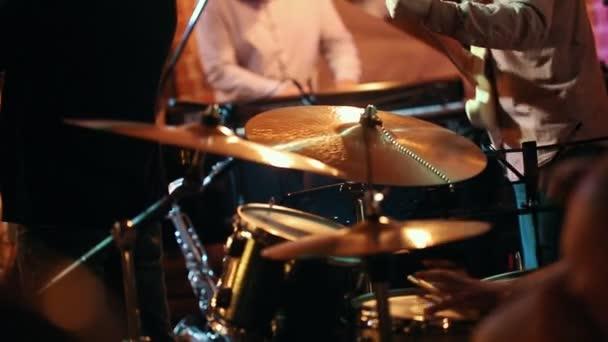Jazz zenekarok-zene-játék, az előtérben Dobos dob
