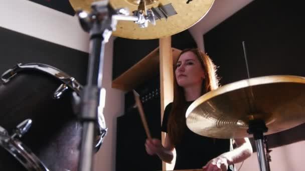 Teen rocková hudba - vášnivá temperamentní dívka perkuse bubeník roztroušená rozdělit