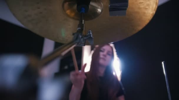 Night club zene - érzéki lendületes lány ütős-dobos végre rock