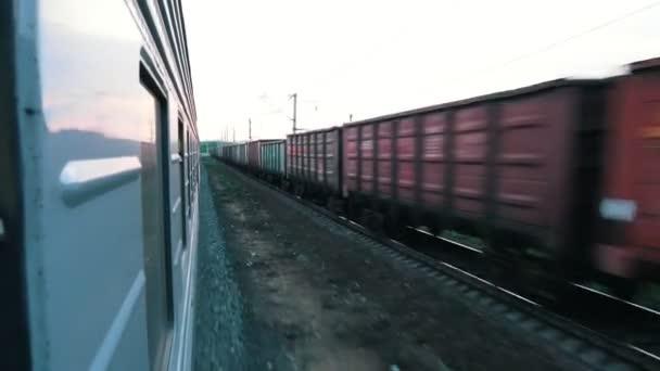 Střelba z jedoucího vlaku. V opačném směru na sousední železniční projíždějící nákladní vlak.