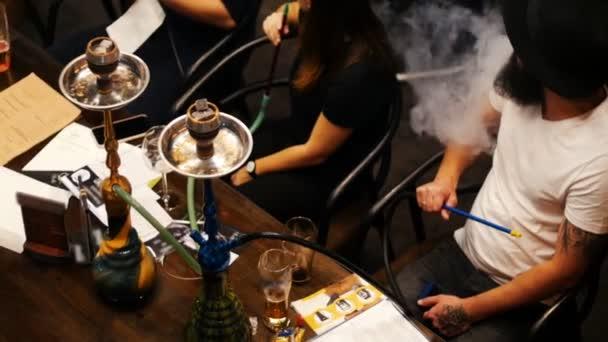 Gruppe von Jugendlichen verbringen Zeit im Restaurant, Cocktails trinken und rauchen Wasserpfeife, Ansicht von oben