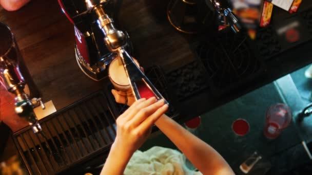 Barista dietro bar, birra versando nel bicchiere alla moda