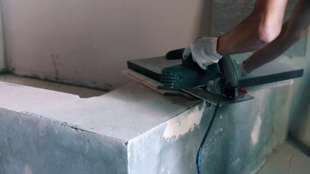 Tvůrce škrty deska s kotoučovou pilou na konstrukci domu