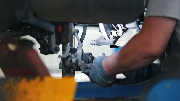 Mechanik opravuje a zvraty součásti ventilu motoru auta