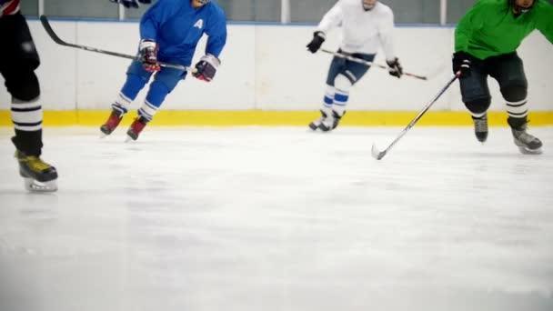 Hokejisté rychle běžet na ledě během tréninku. Zobrazit bez tváře