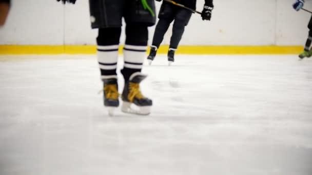 Hokejista na bruslení během tréninku. Pohled na nohy