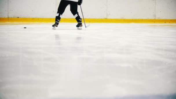 Hokejisté jsou trénink na ledě před zápasem. Pohled na nohy