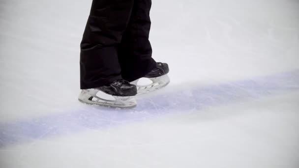 Hokejista jezdí od kamery na ledě pozemní hokej