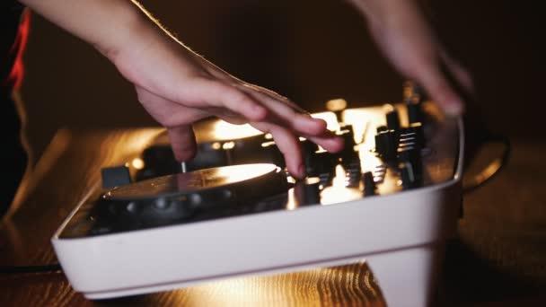 záznam zvuku konzole s studio a ruku nahoru knoflíky