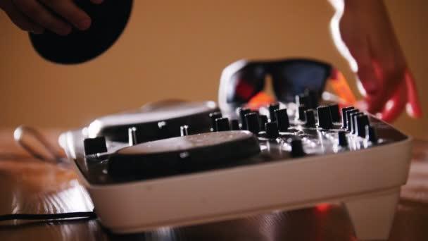 DJ porta cuffie da Consol Audio e accenderlo
