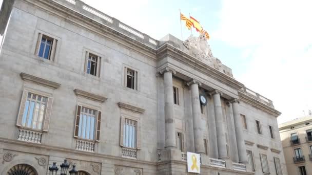 Barcelona, Španělsko - září 2018: Mávání vlajkami Katalánsko, Španělsko a Barcelona na barcelonské radnice. turistů chůzi na náměstí