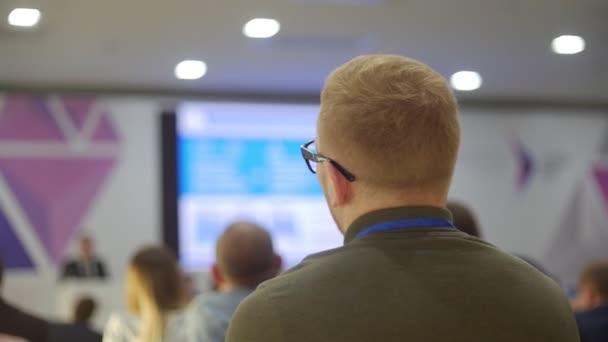 Die Menschen hören den Rednern zu. es Technologien