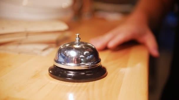 Muž kroužky v restauraci bell. Zpomalený pohyb