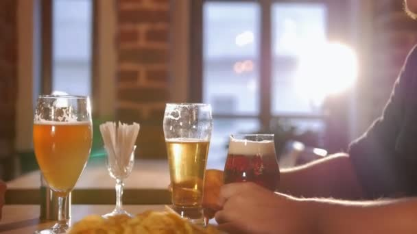 Žena číšník naplnil sklenici piva a dovolená.
