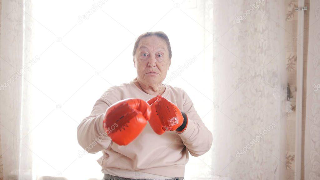 старушка с боксерскими перчатками прикольные картинки кембриджская известна