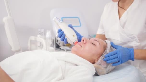 Kosmetologické procedury. Pórů, čištění. Práce s unstrument