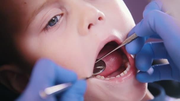 Zahnheilkunde. Zahnarzt untersucht Milchzähne. Nahaufnahme