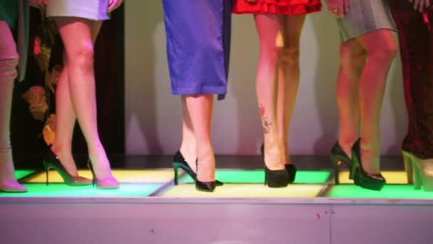 Módní přehlídky... Žena modely stojící na vysoké podpatky vedle sebe