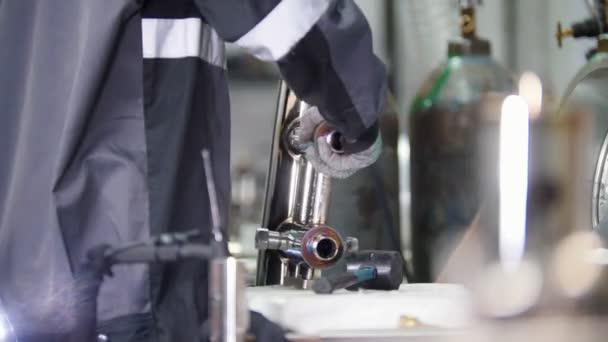 Mikro svařování. Práce s ocelovými detail v továrně.