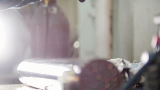 Mikro svařování. pracovník vezme a umístí masku pro svařování na stole