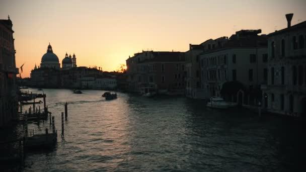 Olasz kikötőváros. Gyönyörű naplemente. Vitorlás hajók. Szép áttekintés