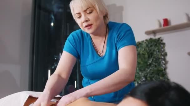 Masáž. Masérka masírovat klienty zpět