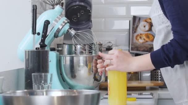 Kuchař, pracující v kuchyni. Aby omáčka a nalil ji do lahve