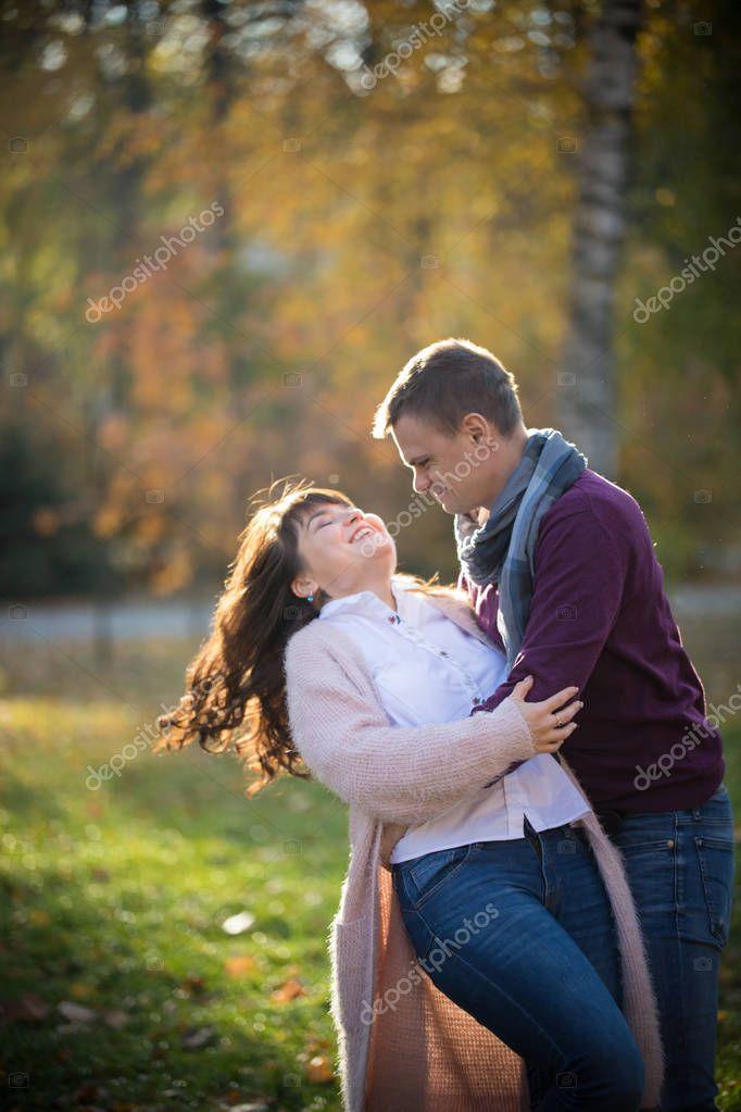 Парень наклонил женщину в парке, порно актриса джина майлз