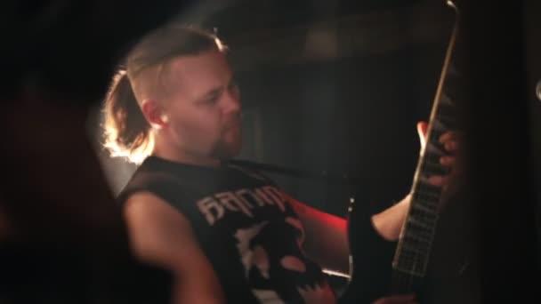 Rock gitárosa és énekese birtoklás egy előadás