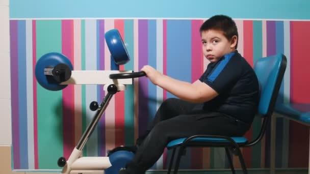 Lékařské kliniky. Okupace s dítětem s dětskou mozkovou obrnou. Motilita developmenting