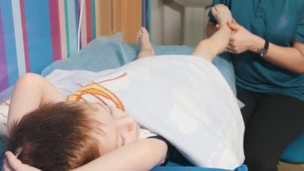 Lékařské kliniky. Okupace s dítětem s dětskou mozkovou obrnou. Masáž