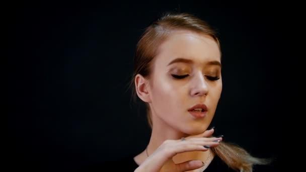 Focení. Portrét mladé krásné ženy modelu. Blond vlasy, bronz tvoří. Zpomalený pohyb