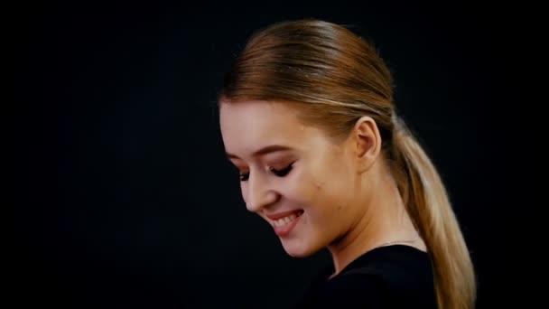 Focení. Portrét mladé krásné ženy modelu. Blond vlasy, bronz tvoří. S úsměvem. Zpomalený pohyb