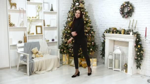 Un modello di giovane donna con i capelli scuri nello studio fotografico. Tema di Natale. In posa