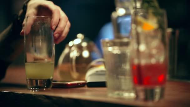 Pub. Una persona prende un alcolizzato cocktail del bar contatore