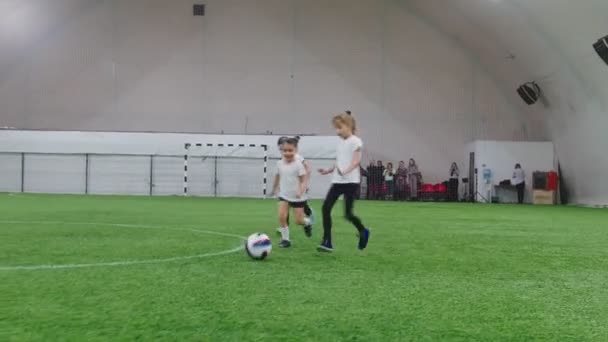 Halový fotbal aréna. Malé děti Fotbal.