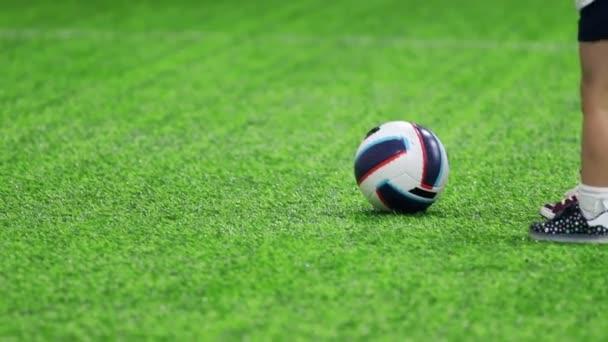 Halový fotbal aréna. Malé dítě kope míč