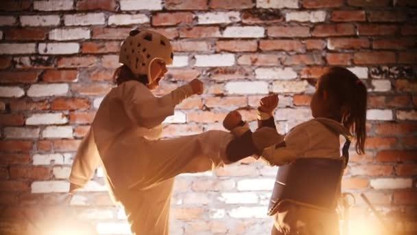 Képzési stúdió. Martial arts. A lány neki karate lábát rúgást a húga képzés