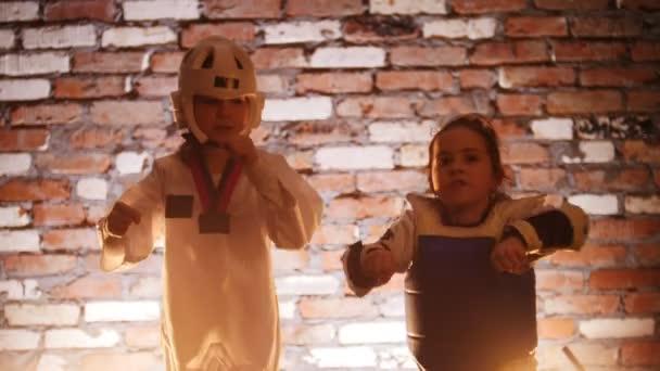 Képzési stúdió. Martial arts. Két lány mutatja karate készségek