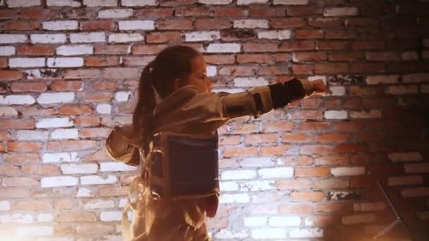 Képzési stúdió. Martial arts. Egy lány képzés karate tudását.