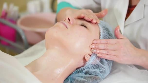 Ein Gesicht-Massage-Behandlung in Kosmetik-Klinik. Sanfte Gesichtsmassage
