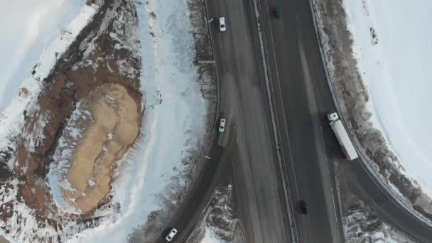 Letecký pohled na dálnici. Auta na silnici. Velké MÚK. Pískový vrch nedaleko silnice