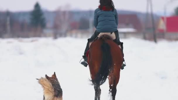 Tři ženy jezdci na koních koně v jedné vesnici v zimě