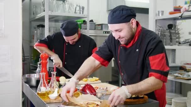 Restaurantküche zwei Männer beim Servieren von Gerichten