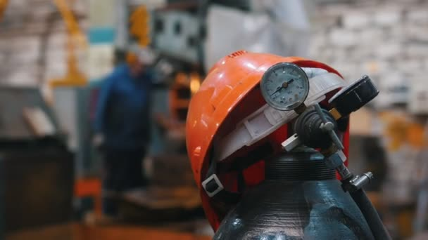Az ipari koncepció-piros sisak a gázpalack a hegesztési-üzem