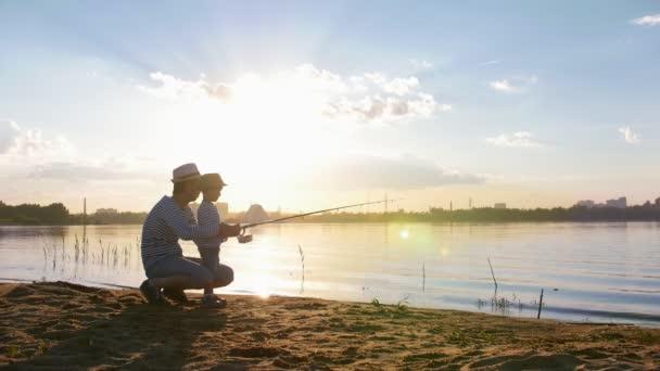 Otec a jeho syn rybařit-otec seděl nedaleko svého syna