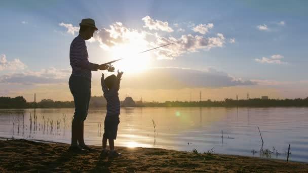 Otec a jeho syn v párových šatech rybařit