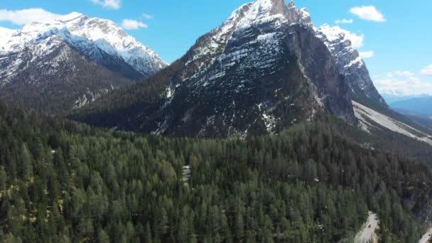 Krajina hor s zasněžené vrcholky a zeleným lesem-Dolomiti, Itálie