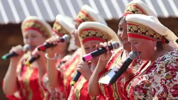 Tatarská republika, Rusko: 04.07.2019-ženy v tradičních tatarské šatně zůstávají v řadě a zpívají s mikrofonem