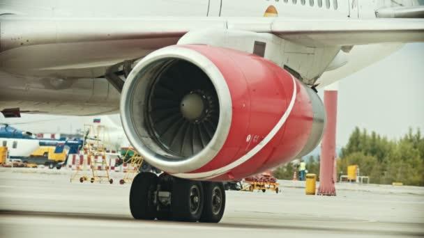 Letadlo na letišti-turbína-muž, který prochází